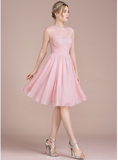 A-Line/Princess Scoop Neck Knee-Length Chiffon Lace Homecoming Dress With Ruffle